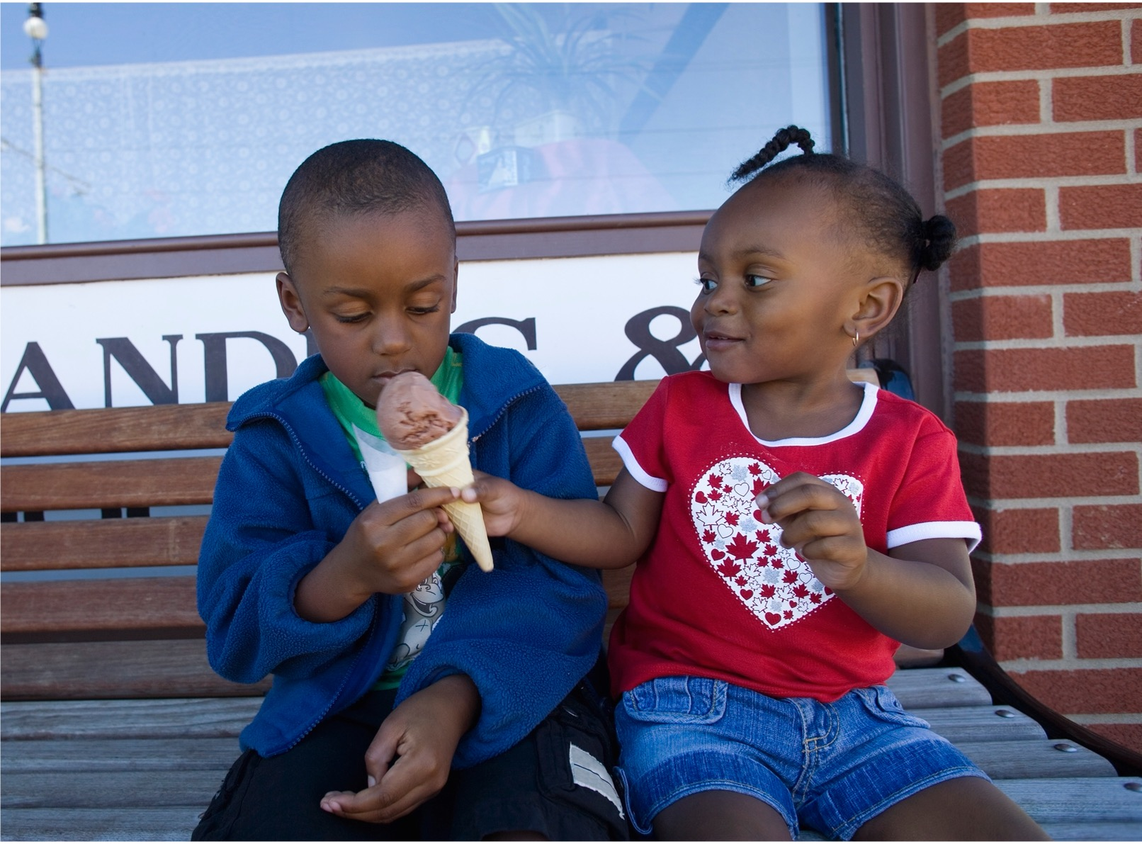 Picture of two kids sharing an icecream